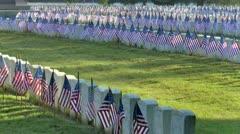 Rivit lippujen sotilaiden hautoja hautausmaalla varhain aamulla tuulta Arkistovideo