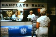 QE2 Barclays Bank, keskipitkän laukaus Arkistovideo