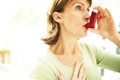 Käyttäen astma inhalaattorin Kuvituskuvat