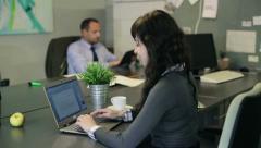 Liikemiehet työskentelee kannettavan ja tabletti tietokoneen toimisto HD Arkistovideo