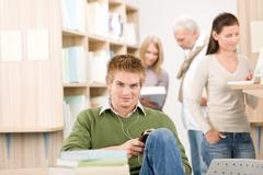 Lukion kirjasto - opiskelija kuulokkeet Kuvituskuvat
