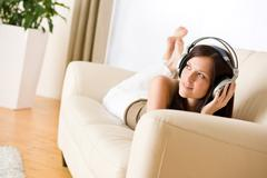 Nainen kuulokkeet kuunnella musiikkia lounge Kuvituskuvat