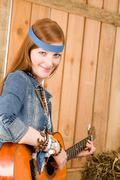 Nuori maa nainen kitaransoiton lato Kuvituskuvat