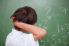 Koulupoika ajattelu kun naarmuuntumista takaisin hänen päänsä Kuvituskuvat