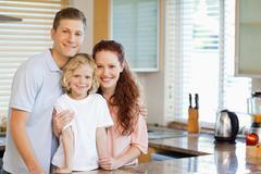 Hymyilevä perhe seisoo keittiössä counter Kuvituskuvat