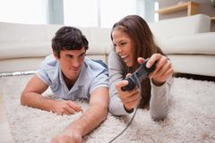Nainen voitti juuri poikaystävänsä videopeli Kuvituskuvat