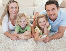 Perhe television katselun lattialla Kuvituskuvat