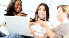 Monipuolinen onnellinen tyttöystäviä sosiaalisen verkostoitumisen kannettavaan Arkistovideo