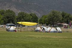 Palomies teltta nukkuminen jälkeen taistelevat kulovalkea koko yön 0658 Kuvituskuvat