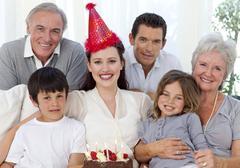 Isovanhemmat, vanhemmat ja lapset juhlivat syntymäpäivää Kuvituskuvat