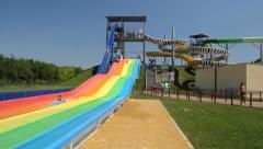 Ihmiset nauttivat veden rainbow slide Arkistovideo