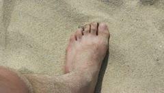 Paljas jalka hiekkaranta. Arkistovideo