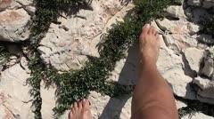Paljas jalka koskettaa merilevät Arkistovideo
