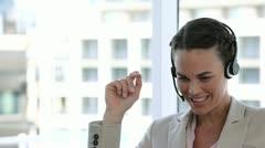 Business nainen nauraa puhuessaan osaksi headset Arkistovideo