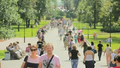 The people crowd in the city park alley, EXTRA STRONG ZOOM Stock Footage