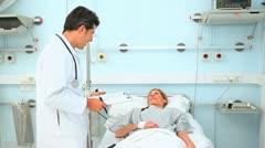 Doctor katsot hänen potilaansa Arkistovideo