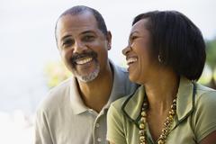 Afrikkalainen pari nauraa Kuvituskuvat