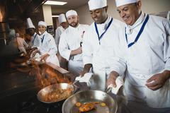 Monietnisen kokit ruoanvalmistukseen Kuvituskuvat