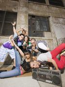 Alternative ystäviä breikki kaupunkien ympäristössä Kuvituskuvat