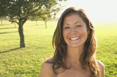 Portrait of nainen aurinkoinen niitty Kuvituskuvat