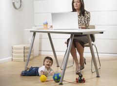 Latinalaisamerikkalainen työtä äiti ja vauva poika kotitoimistoon Kuvituskuvat