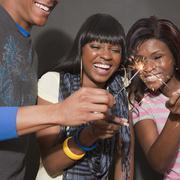 Afrikkalainen ystävien nauttia sparklers Kuvituskuvat