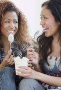 Naiset syövät jäätelöä Kuvituskuvat