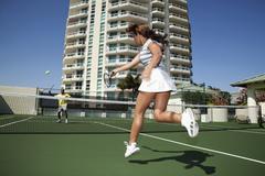 Pari pelaamalla tennistä Kuvituskuvat