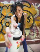 Sekarotuinen graffiti taiteilija tilalla spraymaali voi Kuvituskuvat