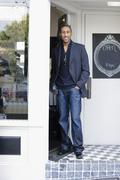 Afrikkalainen amerikkalainen mies seisoo shop kulkeminen Kuvituskuvat