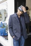 Afrikkalainen amerikkalainen mies seisoo kaupassa oviaukko fedora Kuvituskuvat