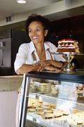 Afrikkalainen amerikkalainen leipomon omistajan seisoo shop Kuvituskuvat