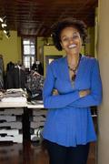 Afrikkalainen amerikkalainen pienyrittäjä seisoo vaatekauppa Kuvituskuvat