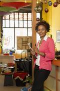 Afrikkalainen amerikkalainen pienyrittäjä työskentelee shop Kuvituskuvat