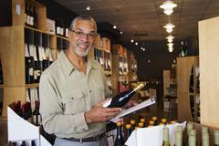 Afrikkalainen amerikkalainen pienyrittäjä työskentelevien viinikauppa Kuvituskuvat