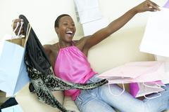 Innoissaan afrikkalainen amerikkalainen nainen kasseineen Kuvituskuvat