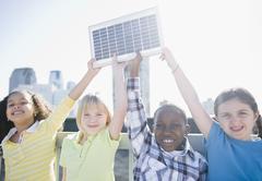 Lapset katolla pintansa aurinkopaneeli Kuvituskuvat