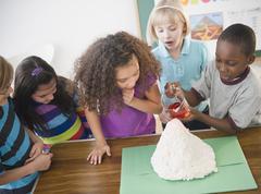 Lapsia katsomassa poika malli tulivuori Kuvituskuvat
