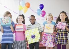 Lasten synttäreille tilalla lahjat Kuvituskuvat