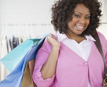 Afrikkalainen amerikkalainen kantava nainen ostoskassi Kuvituskuvat