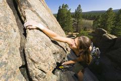 Valkoihoinen nainen kalliokiipeilyä Kuvituskuvat