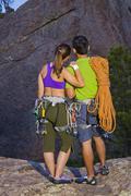 Pari valmistautuu kalliokiipeilyä Kuvituskuvat