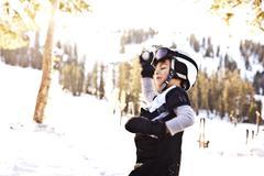 Sekarotuinen poika kypärä ottaa lumisota Kuvituskuvat