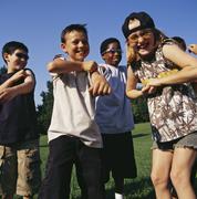 Nauraa lapset leikkivät ulkona yhdessä Kuvituskuvat