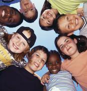 Hymyilevä lapset halailu ringissä Kuvituskuvat