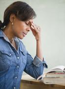 Musta opettaja luokkahuoneessa päänsärky Kuvituskuvat