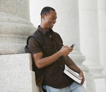 Musta opiskelija tekstiviestit matkapuhelin Kuvituskuvat