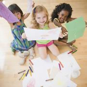 Lapset istuu lattialla pintansa piirustukset Kuvituskuvat