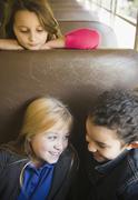 Lapset ratsastaa koulubussi Kuvituskuvat