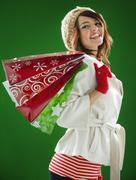 Sekarotuinen nainen, jolla joulua ostoskassit Kuvituskuvat